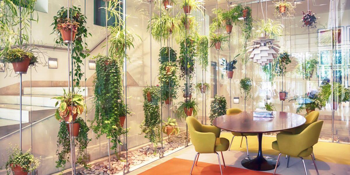 Декорирование искусственными цветами офисов и социальных учреждений.
